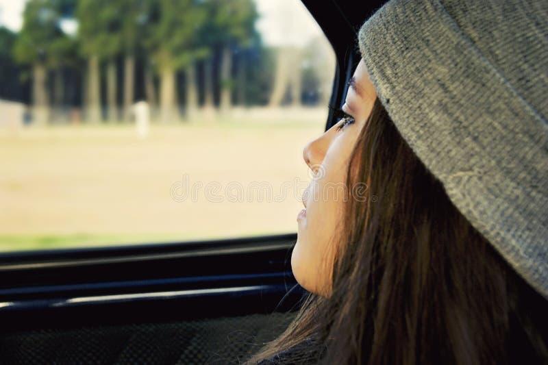 Adolescente songeuse de fille image stock