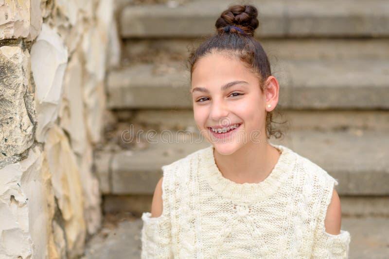 Adolescente sonriente feliz con los apoyos dentales fotografía de archivo libre de regalías