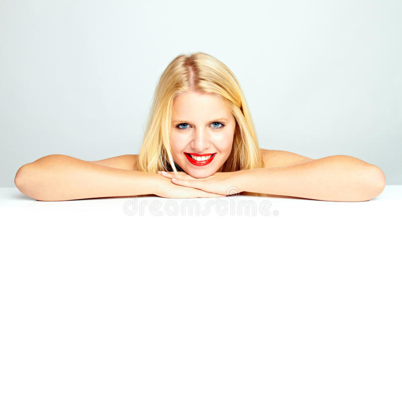 Adolescente sonriente femenino atractivo fotografía de archivo