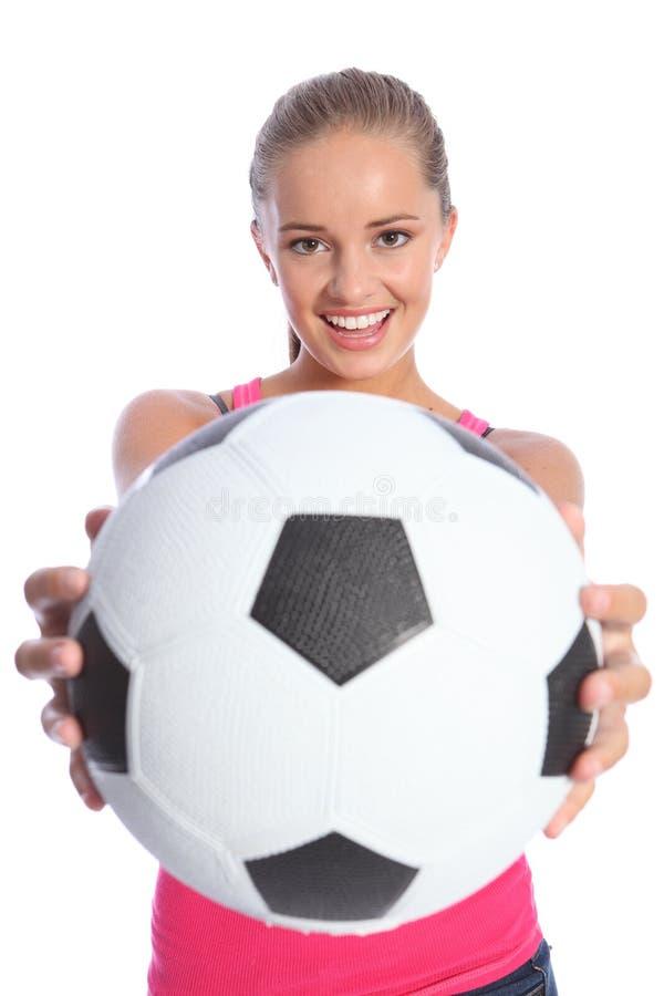Adolescente sonriente hermoso con el balón de fútbol imagen de archivo