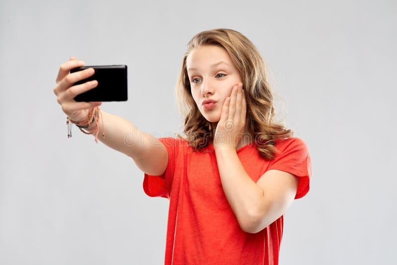 Adolescente sonriente que toma el selfie por smartphone fotos de archivo
