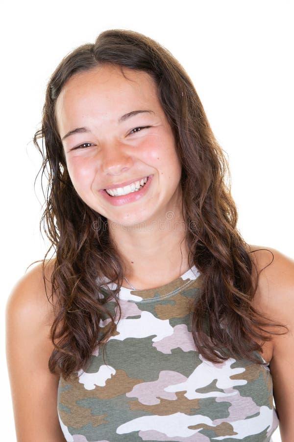 Adolescente sorridente della giovane donna in camicia dell'esercito sopra fondo bianco fotografie stock libere da diritti