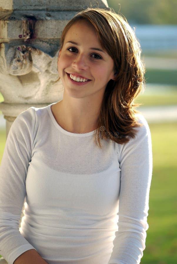 Adolescente sorridente grazioso immagine stock libera da diritti