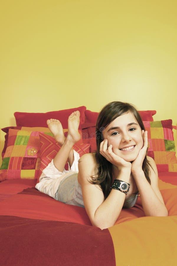 Adolescente sorridente grazioso fotografia stock libera da diritti