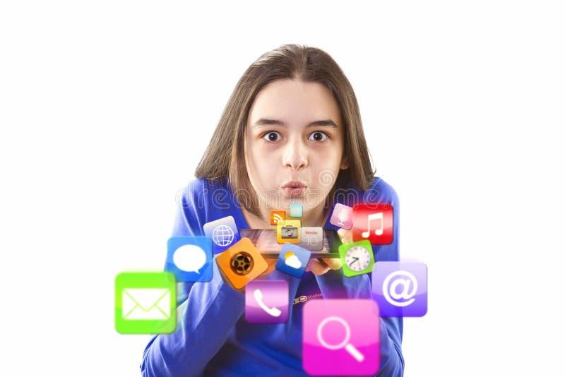 Adolescente soufflant des icônes d'APP de comprimé numérique photographie stock libre de droits