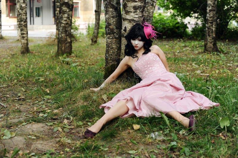 Adolescente sozinho na floresta imagem de stock