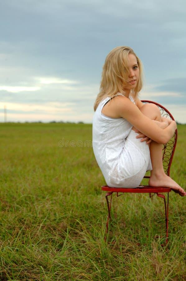 Adolescente sozinho no campo fotografia de stock
