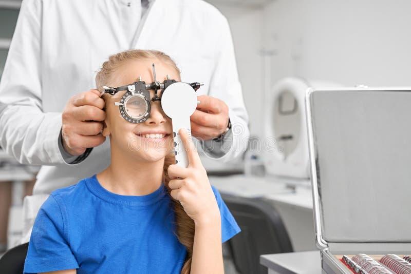 Adolescente su consultazione nella clinica di oftalmologia immagine stock
