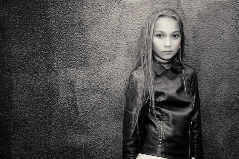 Adolescente su un fondo della parete Foto in bianco e nero di Pechino, Cina immagine stock