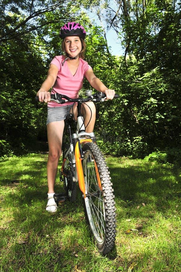 Adolescente su una bicicletta fotografia stock