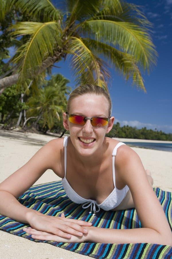 Adolescente su una spiaggia nel Fiji fotografie stock