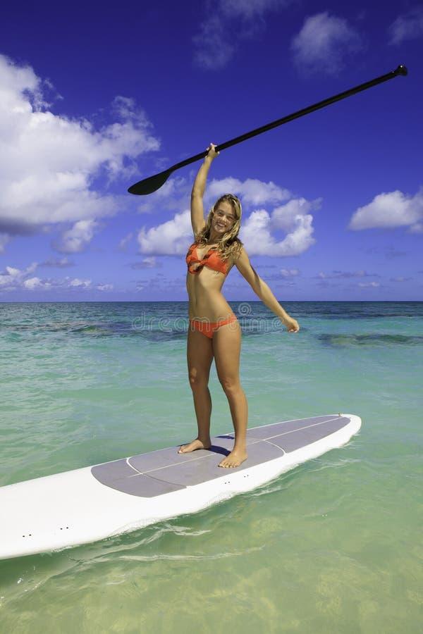 Adolescente sul suo paddleboard immagine stock libera da diritti