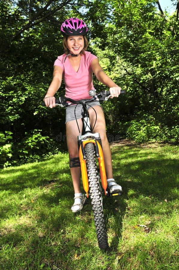 Adolescente sur une bicyclette photographie stock