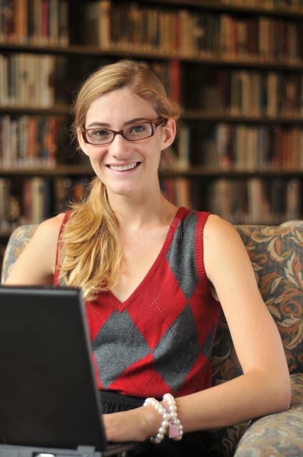 Adolescente sveglio che lavora al computer portatile immagini stock libere da diritti