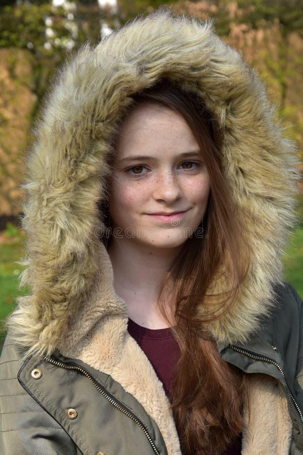 Adolescente sveglio con il rivestimento di inverno immagini stock