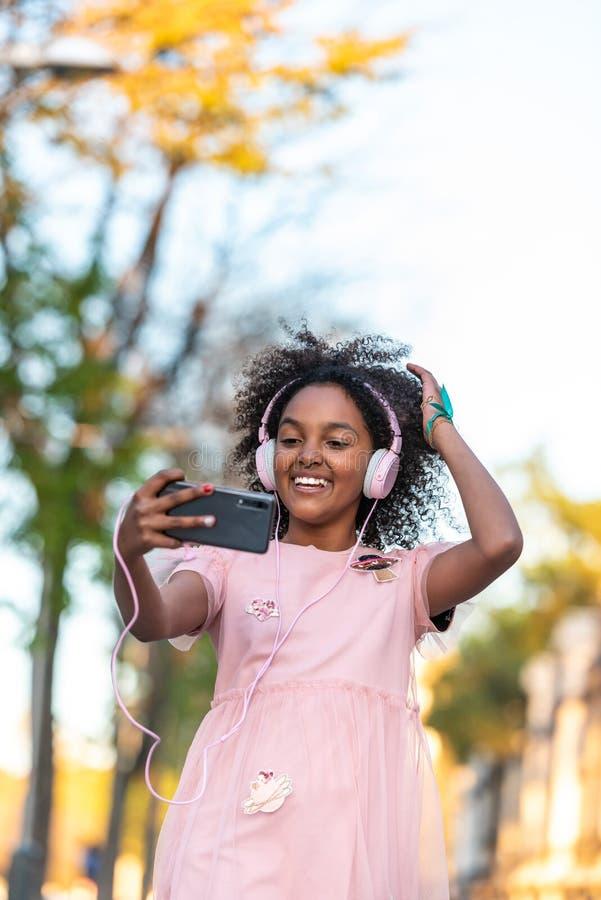 Adolescente sveglio divertendosi aria aperta fotografie stock