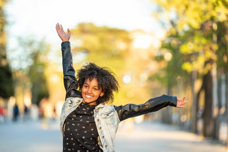 Adolescente sveglio divertendosi aria aperta fotografia stock libera da diritti