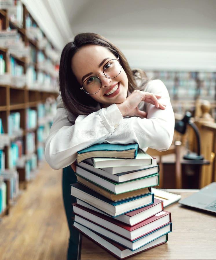 Adolescente tenant des livres image libre de droits
