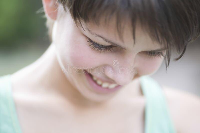 Adolescente timide regardant vers le bas photographie stock