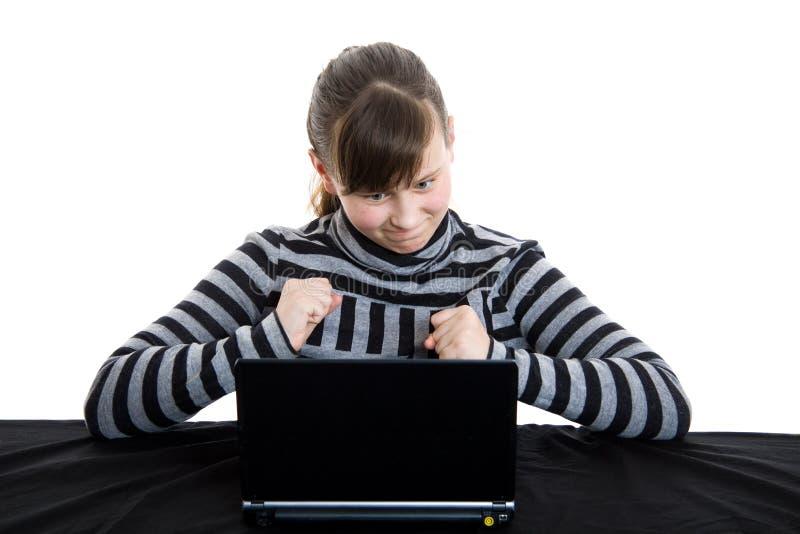 Adolescente travaillant avec l'ordinateur portatif photos libres de droits