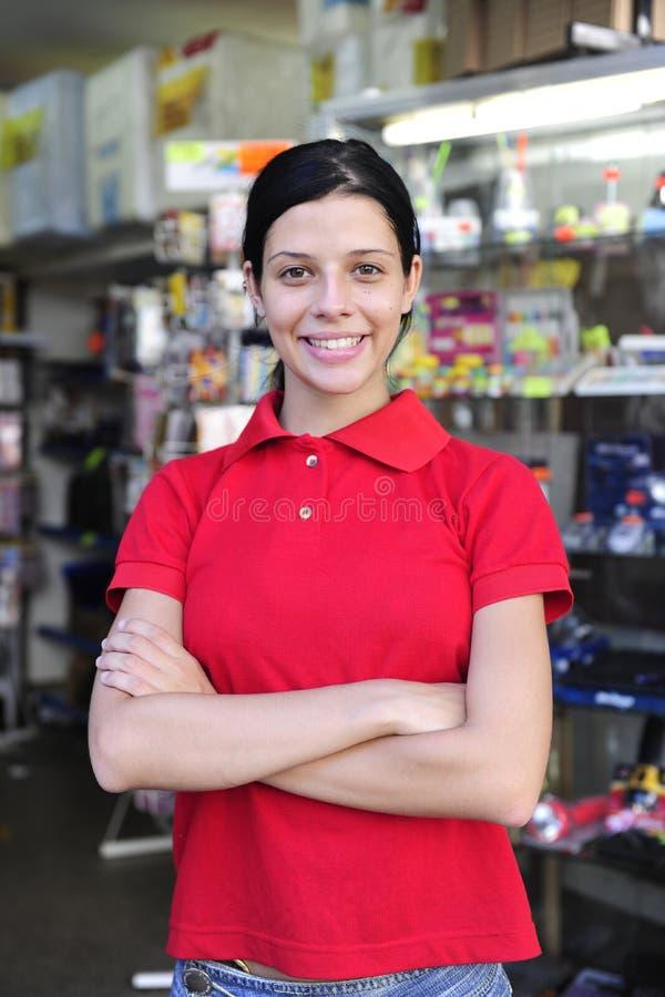 Adolescente travaillant dans un système de papeterie photos libres de droits