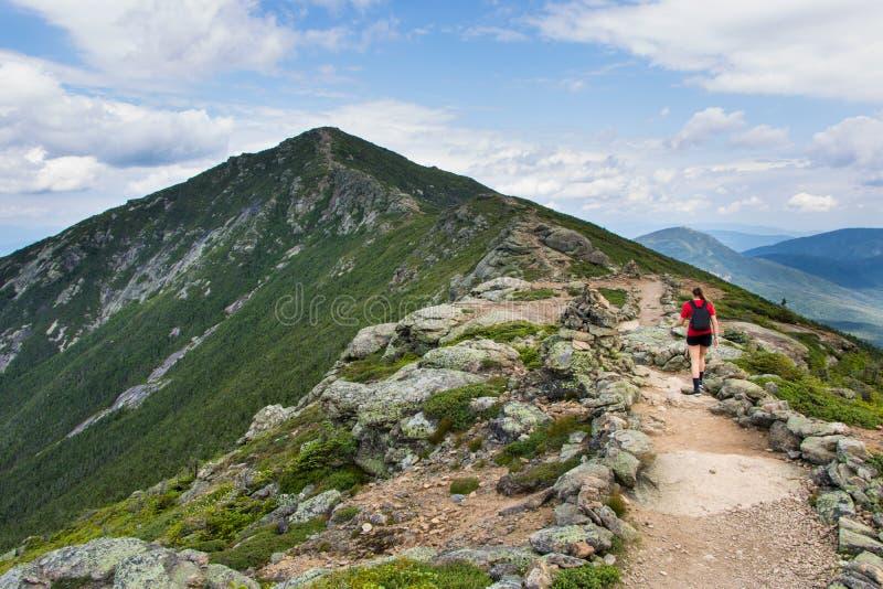 Adolescente trimardant sur une belle montagne photos stock