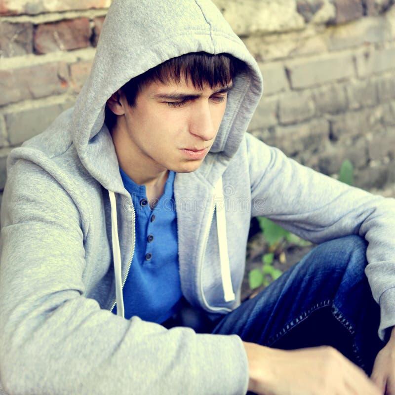 Adolescente triste all'aperto immagini stock