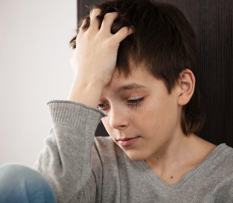 Adolescente triste en casa imagenes de archivo