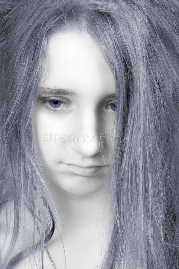 Adolescente triste hermoso con la cara pálida fotos de archivo