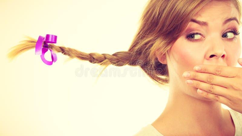 Adolescente triste no cabelo windblown da trança foto de stock royalty free