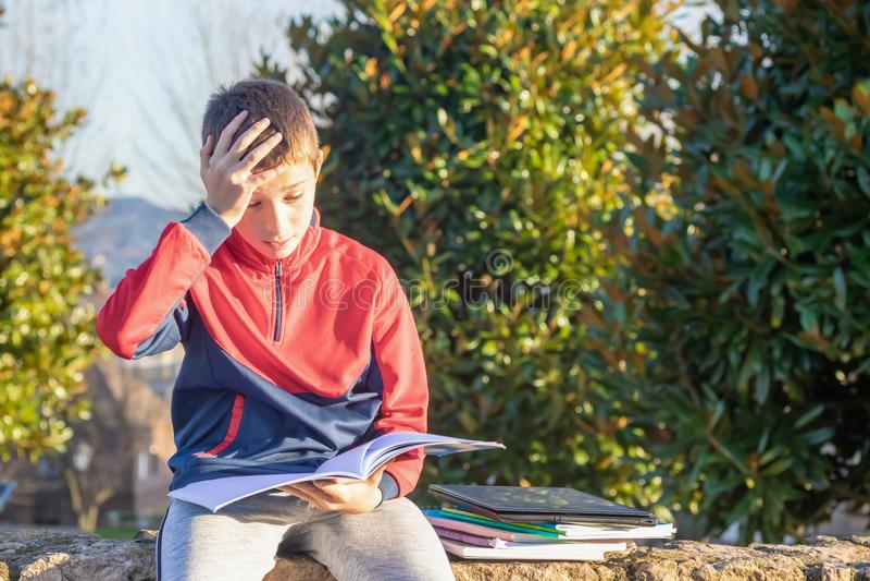Adolescente triste virado com livros de texto e cadernos imagens de stock