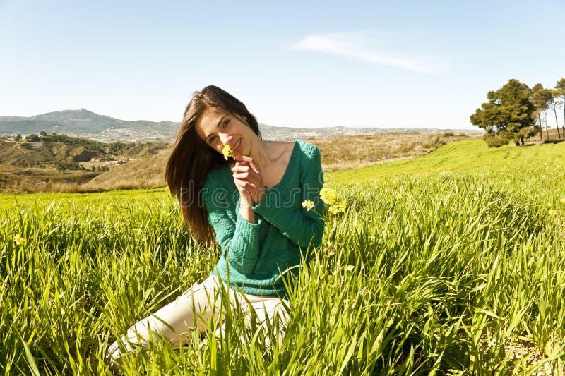 Adolescente in un campo fotografie stock