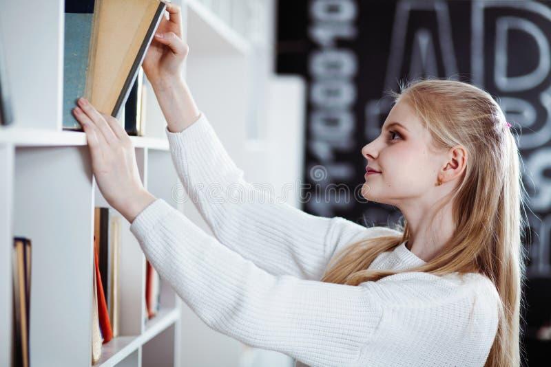 Adolescente in una libreria fotografia stock