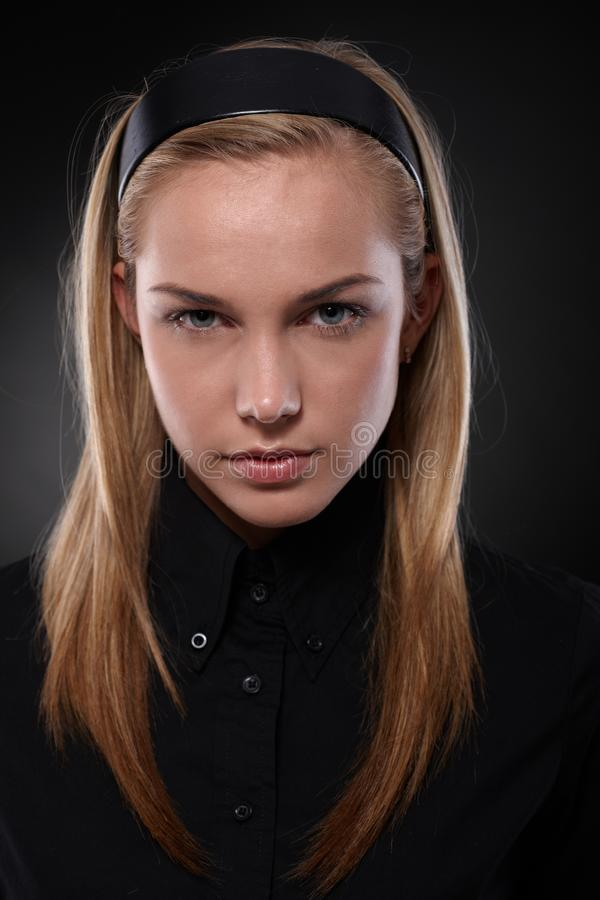 Adolescente Unsmiling no preto fotografia de stock