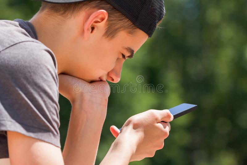Adolescente usando el teléfono fotografía de archivo libre de regalías