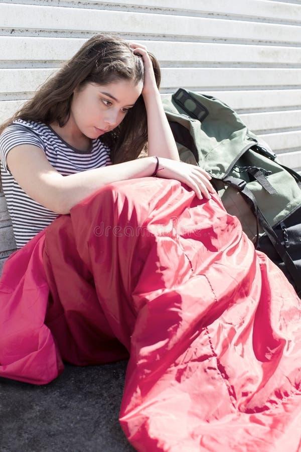 Adolescente vulnerable que duerme en la calle imagen de archivo libre de regalías