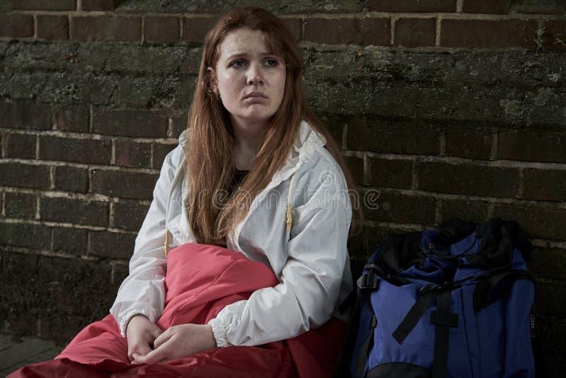 Adolescente vulnerable que duerme en la calle foto de archivo libre de regalías