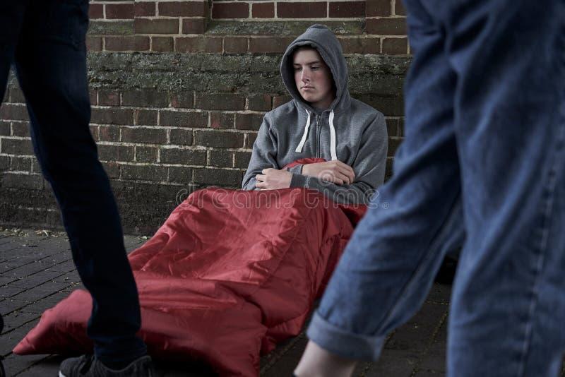 Adolescente vulnerable que duerme en la calle fotos de archivo
