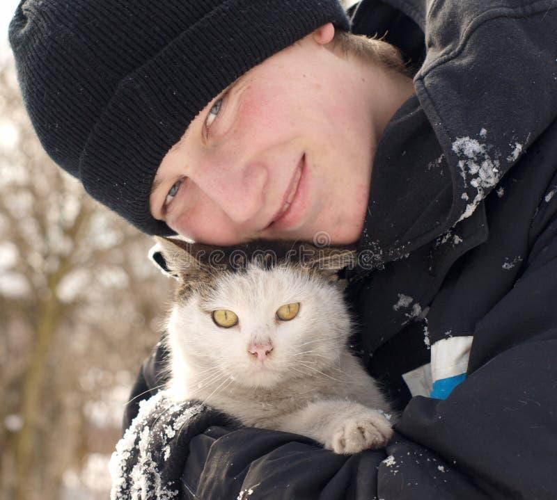 Adolescente y gato fotografía de archivo