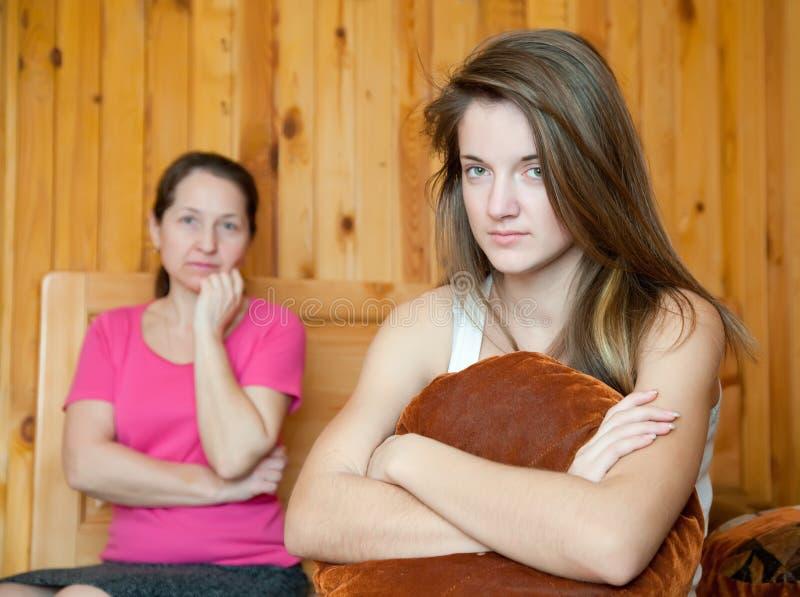Adolescente y madre después de la pelea fotografía de archivo