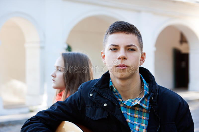 Adolescente y muchacho del conflicto imagen de archivo libre de regalías