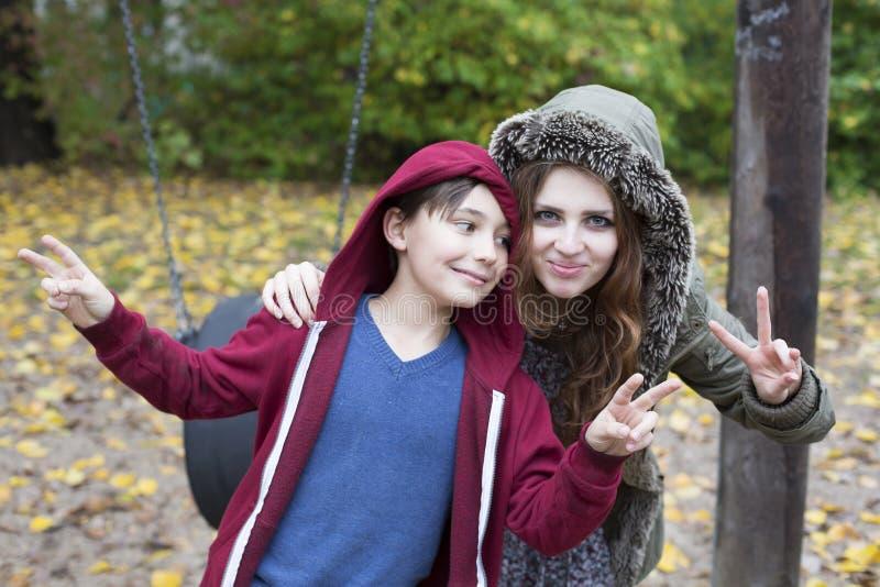Adolescente y muchacho en patio foto de archivo libre de regalías