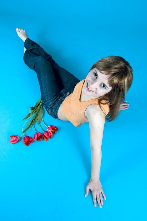 Adolescente y tulipanes imágenes de archivo libres de regalías