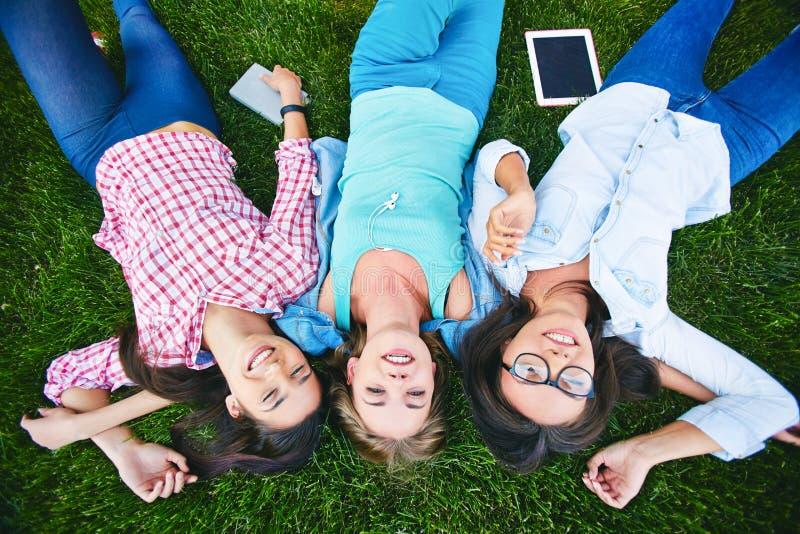 Adolescentes amigáveis fotos de stock