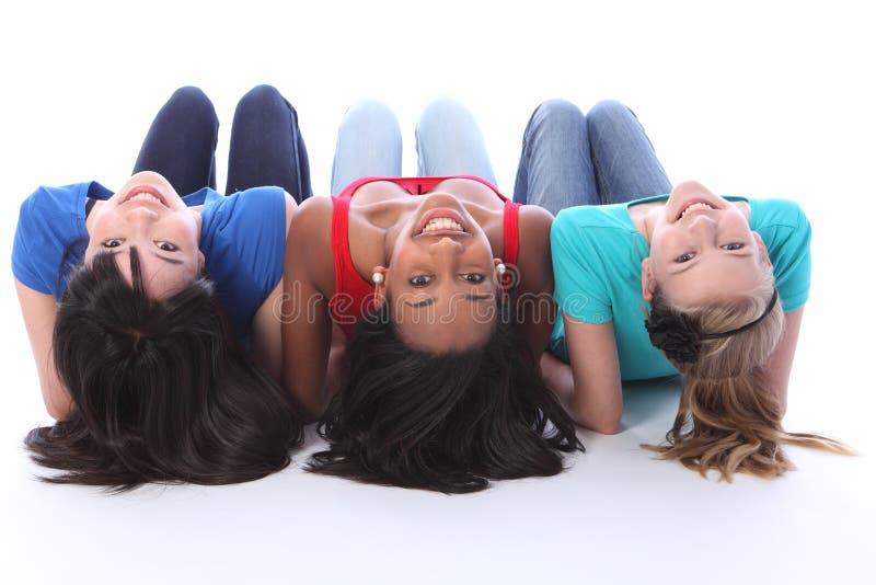Adolescentes brancos e asiáticos pretos que têm o divertimento imagens de stock