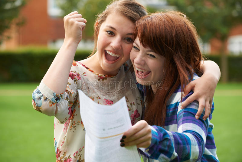 Adolescentes célébrant le bon résultat d'examen images stock
