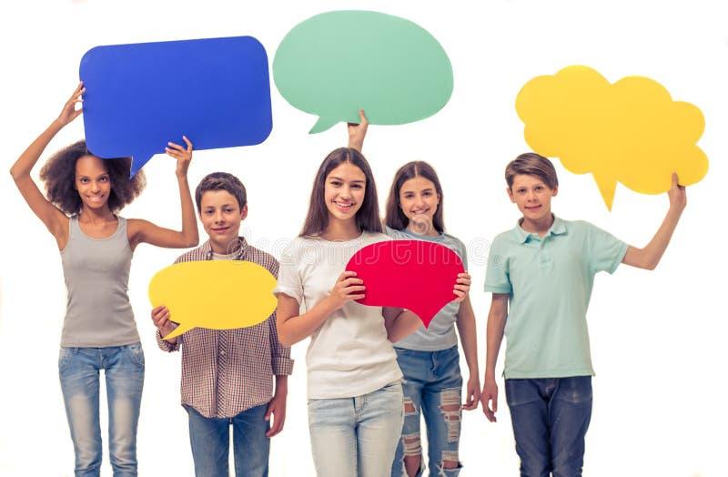 Adolescentes com bolhas do discurso foto de stock