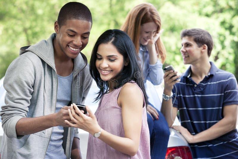 Adolescentes com carro foto de stock