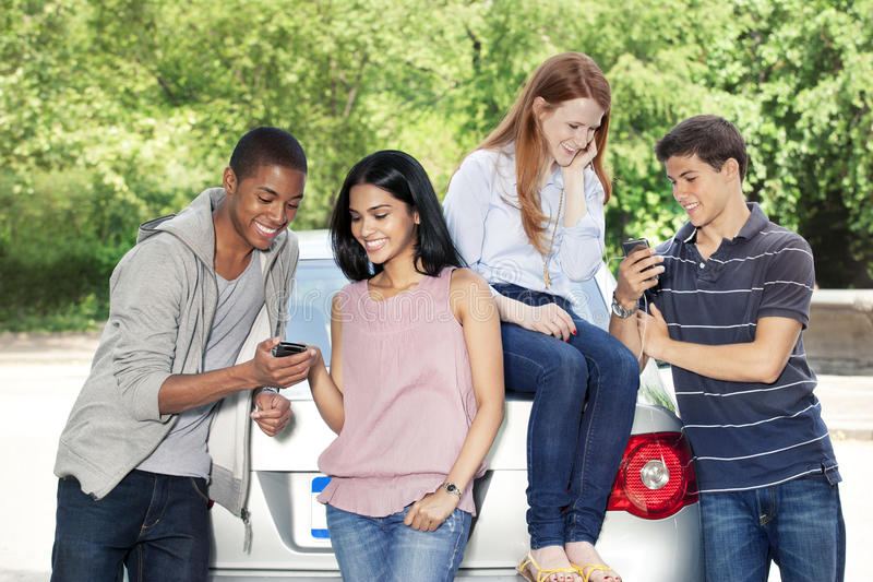 Adolescentes com carro foto de stock royalty free