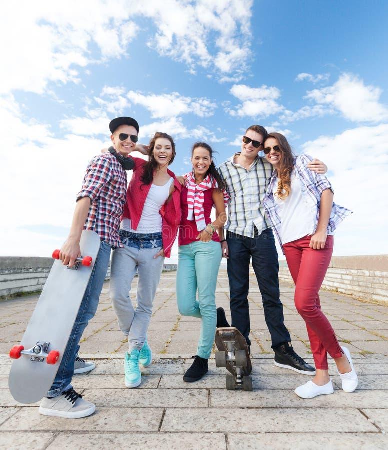 Adolescentes com patins fora imagem de stock royalty free